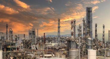 fábrica de planta petroquímica de refinaria de petróleo em osaka, japão foto