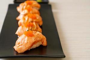 sushi de salmão grelhado na chapa preta - estilo comida japonesa foto