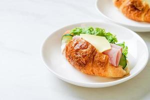sanduíche de croissant de presunto e queijo com maionese foto
