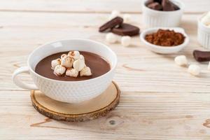 chocolate quente com marshmallows na xícara foto