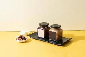 Pote de pasta de manteiga de amêndoa e pasta de manteiga de chocolate de amêndoa foto