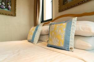 close-up linda decoração de travesseiro na cama no quarto foto