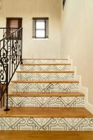 belos degraus de escada com corrimão preto foto