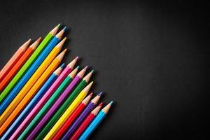 lápis de cor em fundo preto com espaço de cópia foto