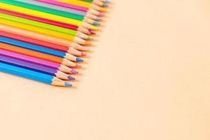 lápis de cor sobre fundo amarelo com espaço de cópia foto