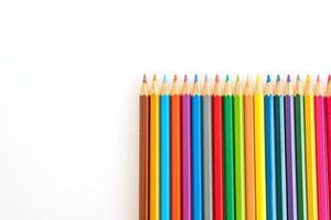 lápis de cor sobre fundo branco com espaço de cópia foto