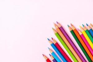 lápis de cor em fundo rosa com espaço de cópia foto