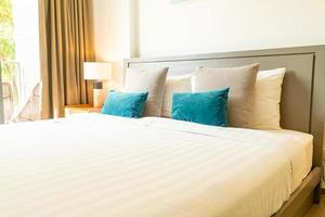 decoração de travesseiro confortável na cama no quarto foto