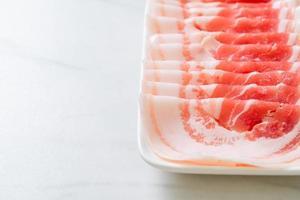 Fatias de barriga de porco crua fresca foto