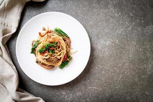 espaguete frito com frango e manjericão - estilo de comida de fusão foto