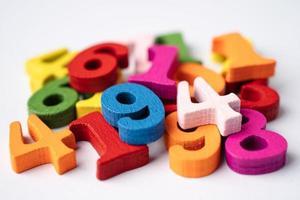 matemática número colorido sobre fundo branco, conceito de ensino de aprendizagem de matemática de estudo de educação. foto