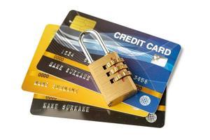 cartão de crédito com senha de bloqueio isolado no fundo branco. foto