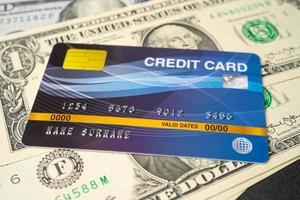 modelo de cartão de crédito em notas de dólar americano, desenvolvimento de finanças, conta bancária, estatísticas, economia de dados de pesquisa analítica de investimento, negociação de bolsa de valores, conceito de empresa de negócios. foto