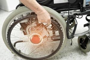 paciente idosa idosa ou sênior asiática em cadeira de rodas elétrica com controle remoto na enfermaria do hospital de enfermagem, conceito médico forte e saudável foto