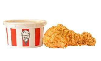 Bangkok, Tailândia - 01 de agosto de 2020 KFC frango, kentucky coxa de perna de frango frito com logotipo da marca, fast food isolado no fundo branco com traçado de recorte. foto