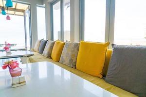 cadeira e mesa vazias em café restaurante foto