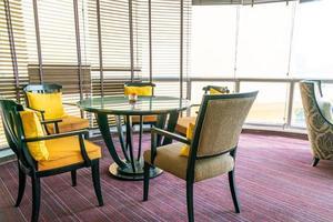 mesa de jantar vazia em café restaurante foto