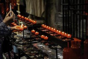 velas de cera em uma igreja foto