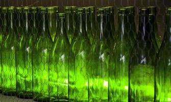 garrafas de vidro verde para bebidas foto