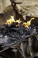 chamas de fogo em uma forja foto