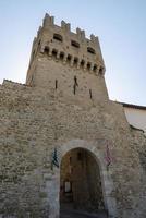 torre de porta que leva à via corso goffredo mameli, município de montefalco, itália, 2020 foto