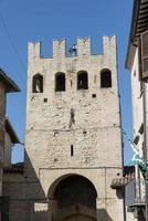 torre de porta em montefalco, itália, agosto de 2020 foto