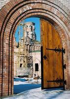 foto mostra a porta de entrada da igreja do templo