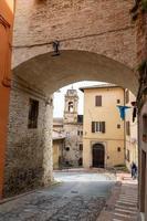 arco etrusco na rua danti no centro de perugia, itália, 2021 foto