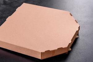 caixa de papelão marrom de formato quadrado para transporte e entrega de pizza foto