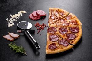 deliciosa pizza fresca feita em forno de lenha com quatro tipos de carne e linguiça foto
