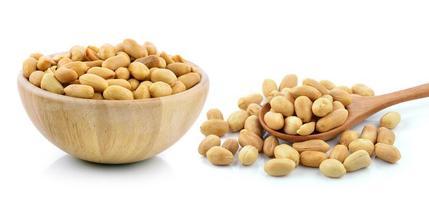 amendoim em fundo branco foto