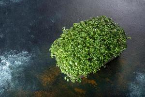 caixa com brotos frescos de micro-rabanetes verdes para adicionar alimentos saudáveis aos pratos foto