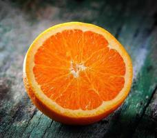 fatia de laranja em madeira velha foto