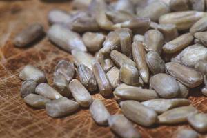 algumas sementes de girassol na mesa de madeira foto