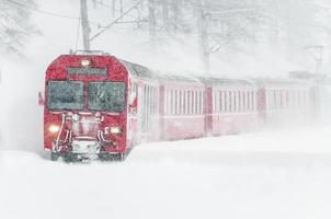 trem da montanha suíça na neve foto