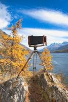 câmera de placa vintage em tripé de madeira foto