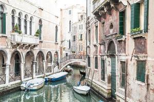 canal tradicional em veneza de um dos mais belos mirantes foto