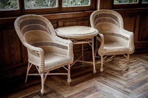 cadeiras de vime velhas foto