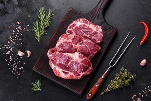 carne bovina crua fresca para fazer um delicioso bife suculento com especiarias e ervas foto