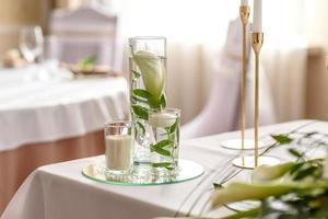 bela decoração do feriado de casamento com flores e folhagens com decoração de florista foto