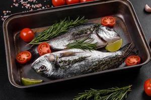 peixe dourado cru com especiarias, cozinhando na tábua. peixe fresco dourado foto