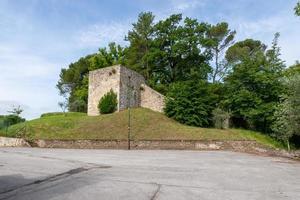 estrutura de pedra medieval localizada na colina de san gemini, itália foto