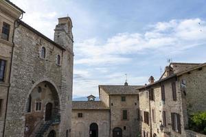 edifícios na cidade de san gemini, itália, 2020 foto