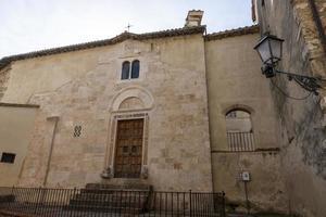 igreja dentro da cidade de san gemini, itália, 2020 foto