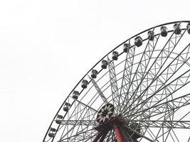 a roda gigante e o céu branco no fundo. Parque Corky, cidade de Kharkov, Ucrânia foto