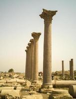 fileira de colunas antigas foto