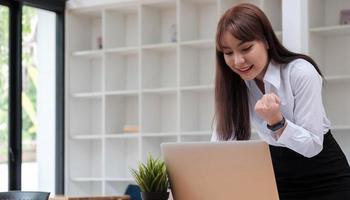 foto de uma alegre mulher de negócios em uma sala de conferências