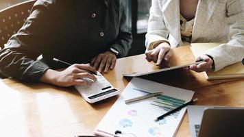 empresário e contador verificando dados foto