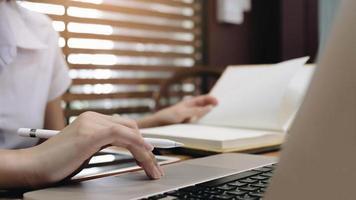 jovem sentada à mesa fazendo anotações foto