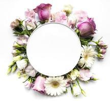 flores cor de rosa em moldura redonda com um círculo branco para o texto foto